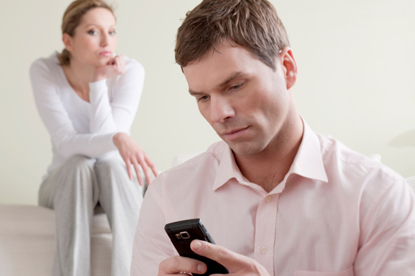 The Hookup Guide Affair Advice: 5 Ways to Keep Your Dating Profile Hidden From Your Spouse